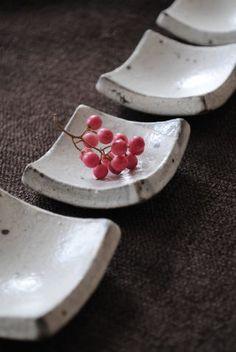 little bitty platter/bowls 奥田章「薬味箸置き(白)」の詳細ページです。o