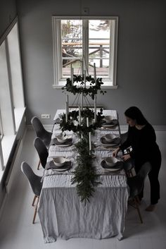 Christmas Table Settings, Christmas Table Decorations, Holiday Tables, Dinning Room Table Decor, Deco Table, Dining, Simple Table Decorations, Christmas Living Rooms, Scandinavian Interior Design