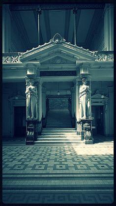 cariátides del palacio de Tribunales, obra de Antonio Coll y Pi | by santiagonostalgico