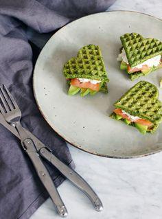 Grov spinatvaffel sandwich med laks, avokado & hytteost