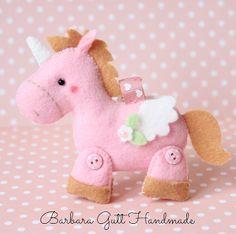 Unicórnio Rosa Alado Fabric Toys, Felt Fabric, Unicorn Birthday, Unicorn Party, Felt Crafts, Diy And Crafts, Craft Projects, Sewing Projects, Sock Animals