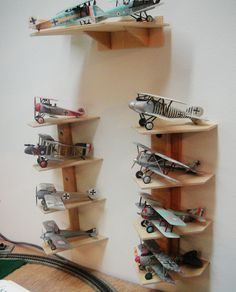 special shelving designed to hold model airplanes! Plastic Model Kits, Plastic Models, Modeling Techniques, Modeling Tips, Shelving Design, Modelista, Hobby Room, Model Airplanes, Model Building