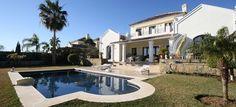 Villa en El Paraíso, Estepona. Situada en una zona residencial de lujo, junto a los mejores campos de golf, a 5 min de la playa y 10 min de Puerto Banús. Vistas al mar. 1.148 m2, 4 hab, 4 baños, garaje para 2 coches, jardín y piscina privada. Villa in El Paraíso, Estepona. Located in a luxury and residential area, next to the best golf courses and just 5 min to the beach and 10 min to Puerto Banús. Sea views. 1.148 m2, 4 beds, 4 baths, garage for 2 cars, garden and private pool. 1.350.000 €