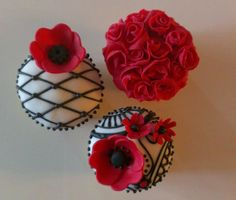 """I know it's a bit early to be making Valentine's Day things, but I was totally inspired to create these """"lace-y"""" cupcakes! <3"""