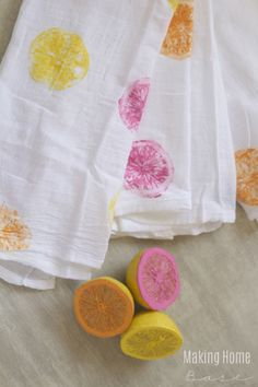 Stamped Tea Towels – Use sliced citrus (or carved potatoes) coated in paint to amp up plain kitchen cloths. Click through for the entire tutorial and for more mothers day crafts.