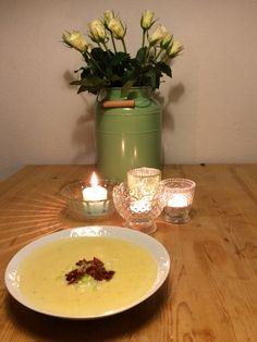 Goudse kaassoep - boter verhitten, bloem 1 min bakken. 250ml witte wijn toevoegen en laten indikken tot een gladde saus. Voeg 0,5 liter groentenbouillon toe en breng aan de kook. Laat een zakje pittige Goudse kaas smelten in de soep en voeg 125ml room toe. Breng op smaak met peper en zout. Serveer met lente-ui.