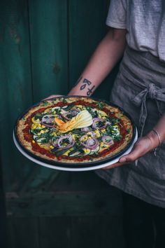 our food stories: a gathering for villeroy & boch: glutenfree kohlrabi pizza with beans & courgette from the garden