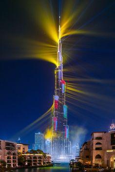 Dubai's World Record Laser Show In Pictures - Cool Photiz Dubai Tower, Dubai City, Dubai Uae, Futuristic Architecture, Beautiful Architecture, Landscape Architecture, Dubai Holidays, Dubai World, Laser Show