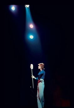 David Bowie on stage during his Diamond Dogs tour, photographed by Ken Regan David Bowie, Aladdin Sane, Diamond Dogs, The Thin White Duke, Major Tom, Ziggy Stardust, David Jones, Glam Rock, Playing Guitar
