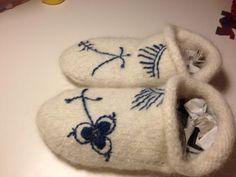 Strikket, filtet, tegnet med vaskbar tusch, broderet med uldgarn.