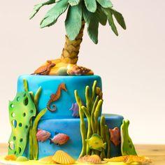 Zoek je een echte zomerse taart? Dan is deze tropische taart erg geschikt! Na het bakken en bekleden van de taart, kun je de taart naar hartenlust decoreren met diverse decoraties in zee/strand thema.