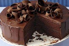 Čokoladna torta sa čokoladnim prelivom. Garantujemo da neće preostati nijedno parče :)   Sastojci:  Za koru:  2 šolje mekog brašna,  2 šol...