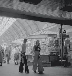 Pictures of Grainger Market, Newcastle upon Tyne in the and - Flashbak North East England, Calendar Girls, 70s Fashion, Vintage Fashion, White Image, Old Photos, Digital Image, 1980s, Vintage Outfits
