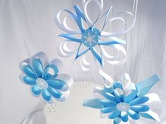Frozen Party Hanging Snowflakes, Winter party decorations, Wall decorations on… Frozen Party Decorations, Snowflake Decorations, Decorating With Snowflakes, Frozen Theme Centerpieces, Wall Decorations, Frozen Snow, Frozen Christmas, Frozen Birthday Theme, Frozen Theme Party
