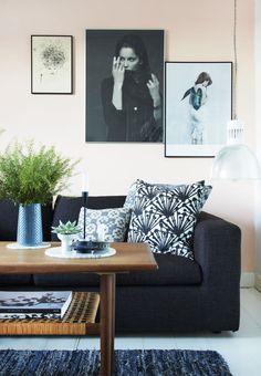Idé Giv det poetiske look kant med grafik og foto Dark Couch, Interior Decorating, Interior Design, Beautiful Wall, Home Decor Inspiration, Decor Ideas, Living Spaces, Living Rooms, Interior And Exterior