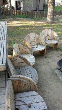 Outdoor chairs from wooden cable spools. Outdoor chairs from wooden cable spools. Backyard Seating, Outdoor Seating, Outdoor Chairs, Outdoor Decor, Garden Seating, Cozy Backyard, Adirondack Chairs, Backyard Toys, Outdoor Lounge