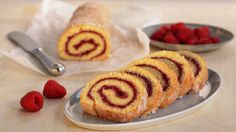 Rullekake er en gammel klassiker - og favoritt hos både store og små! Rullekake er kanskje en av de raskeste kakene du kan lage av trygge, norske egg. Vi har fylt den med bringebærsyltetøy, men du kan selvfølgelig fylle den med det du liker aller best. Delicious Cake Recipes, Yummy Cakes, Coffee Bread, Bakers Gonna Bake, Christmas Baking, Baked Goods, Sushi, Food Photography, Pie