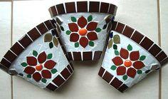 Vasos de parede trabalhados em mosaico com pastilhas de porcelana. Mede 15 cm de altura.