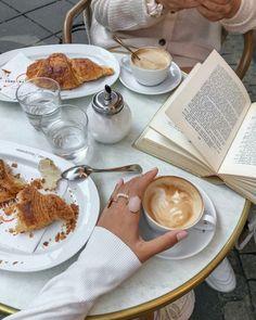 Coffee Is Life, Coffee Love, Coffee Break, Coffee Shop Photography, Good Morning Breakfast, Good Food, Yummy Food, Aesthetic Coffee, Coffee And Books
