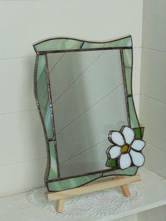 ステンドグラスのミラーです。薄い緑と白の入ったガラスで周りを囲い、真っ白いジャスミンの花を配しました。爽やかで柔らかな雰囲気の作品ですので場所を選ばず飾ってい... ハンドメイド、手作り、手仕事品の通販・販売・購入ならCreema。 Stained Glass Mirror, Stained Glass Angel, Stained Glass Ornaments, Stained Glass Designs, Stained Glass Projects, Stained Glass Patterns, Stained Glass Windows, Mosaic Glass, Clay Wall Art