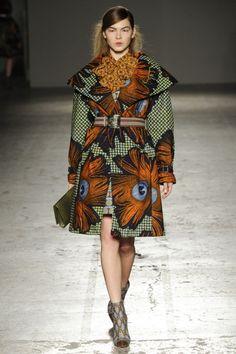 Le 24 Février 2014, la créatrice italienne Stella Jean a présenté sa collection Automne Hiver 2013-2014 lors de la Fashion Week de Milan. .  On apprécie toujours autant l'audace dont fait preuve la styliste dans ses créations. Le mélange d'influences, elle l'essaie et le réussit avec brio. Habituée aux imprimés wax, elle choisit pour ...