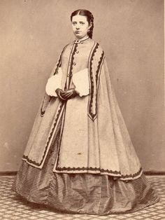 ATTRACTIVE YOUNG LADY IN HIGH STYLE FASHION. ANTIQUE CDV. LEWISTON, ME CIVIL WAR