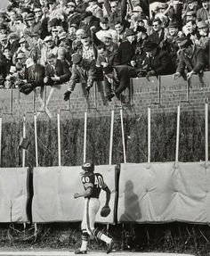 """""Old Days""Chicago Bears Gale Sayers,scores during game at Wrigley Field as fans beg for the ball. Ku Football, Football Hall Of Fame, Football Photos, School Football, Football Cards, Football Players, Chicago Bears Pictures, Nfl Bears, Gale Sayers"
