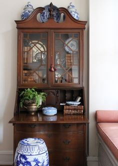 Secretary desks—much like telephone benches—are a pretty cool piece of furniture, and they've evolved quite a bit over time. Antique secretary desks look more like a very traditionally styled cross between a dresser, a hutch, and a desk. White Home Decor, Vintage Home Decor, Cheap Home Decor, Diy Home Decor, Living Room Furniture, Living Room Decor, Home Furniture, Antique Furniture, Country Furniture
