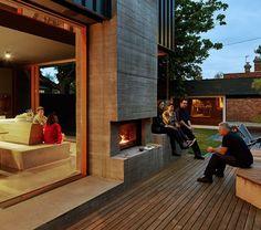 Fantastisch idee om een haardvuur binnen en buiten te uitkomen! Beautiful how this fire place is a connection between inside and outside!
