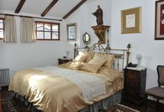 Panecillo:   This is the room preferred by the newly- weds. It has a small kitchen area with a microwave. The antique bed, made in bronze, is a little bigger than a king size bed.