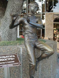 """http://ru.esosedi.org/RU/KDA/1000480867/skulptura_mayestro/  Скульптура Маэстро – #Россия #Краснодарский_край (#RU_KDA) Бронзовая скульптура юноше с флейтой была открыта в 2011 году. Местные жители прозвали скульптуру просто """"Пастушок"""". Автор памятника Евгений...  #достопримечательности #путешествия #туризм"""