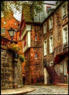 Side Street, Edinburgh, Scotland (108 pieces)