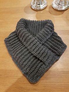 Erilaisia käsitöitä pääasiassa virkaten ja kutoen. Crochet Cowel, Crochet Hooded Scarf, Crochet Poncho Patterns, Christmas Knitting Patterns, Granny Square Crochet Pattern, Knit Or Crochet, Crochet Scarves, Crochet Clothes, Knitted Bunnies