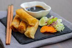 Fantastiskt goda små vårrullar fyllda med glasnudlar. Steg för steg bilder som visar hur ska laga dem. De kan ätas som förrätt eller tilltugg till maten. Smaken på dessa är inspirerat av det Thailändska köket.