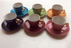 värilliset kahvikupit . kultaiset kädensijat . #kooPernu
