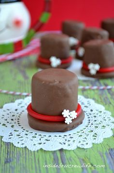 Marshmallow Frosty Hats - marshmallows, cookies, and candy dipped in chocolate make these cute Frosty hats