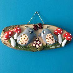 Este diseño se adapta al mes de primavera ay, Stone Crafts, Rock Crafts, Diy Home Crafts, Crafts To Sell, Crafts For Kids, Pebble Painting, Pebble Art, Stone Painting, Painting On Wood
