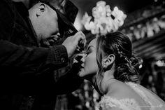 Aline e Guilherme | Casamento clássico com toque oriental. Na foto, beleza da noiva. #casamento #wedding #casamentoclassico #classicwedding #noivos #noiva #bride Toque, Oriental, Couple Photos, Concert, Couples, Princess Wedding, Grooms, Couple, Vestidos