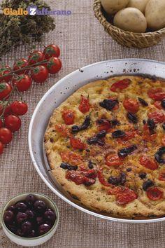 La FOCACCIA BARESE (tomato olive and oregano focaccia) è una preparazione della #Puglia, ricca di gusti mediterranei, come #pomodorini, #olive e origano. #video #ricetta #GialloZafferano #focaccia #italianfood #italianrecipe