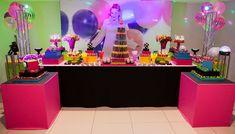Mesa do bolo na festa neon - Foto: Marcio Norris