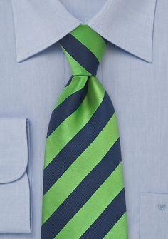 Cravatta resistente con delicato fondo verde chiaro a righe larghe blu scuro. Perfetta da indossare non solo tutti i giorni a lavoro. Il tessuto di questa cravatta è in microfibra ed è lavorato a mano.