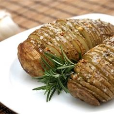 Garlic Rosemary Hasselback Potatoes - perfect for your Christmas dinner table! Side Recipes, Vegan Recipes, Cooking Recipes, Rosemary Garlic Potatoes, Hasselback Potatoes, Baked Potatoes, Holiday Recipes, Christmas Recipes, Food And Drink