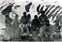 Bir grup Kürt köylu. İngiliz seyahatçı Mark Sykes tarafından 1908 senesinde Çekilmiş  Hekimhan (Malatya)