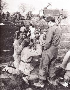 朝鲜战争- 强迫志愿军战俘下跪求饶命 Korean War