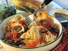 Pasta mit Tomaten, Sardellenfilets und Kapern ist ein Rezept mit frischen Zutaten aus der Kategorie Fruchtgemüse. Probieren Sie dieses und weitere Rezepte von EAT SMARTER!