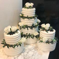 Tartas buttercream rayadas con decoración floral. Cake, Desserts, Food, Floral Decorations, Tailgate Desserts, Deserts, Kuchen, Essen, Postres