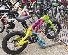 Unser jüngstes Mitglied der OLLO-Familie ist heute zum ersten Mal mit dem Fahrrad durch den Hamburger Verkehr (im Regen!!!) zum Kindergarten gefahren. Papp-stolz parkt Ihr OLLO nun vorm Kindergarten und macht den Fuhrpark etwas bunter. Mehr Bikes wie immer auf https://ollo-bikes.com/2_hp  #ollobikes #kidsonbikes #kindergarten
