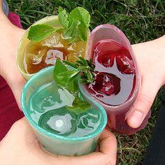tasses Squishable fabriqués à partir comestibles Jell-O. Ils sont fabriqués à partir de l'agar-agar, qui peut être jeté dans l'herbe lorsque vous avez terminé comme agent stimulant pour plantlife. Votre prochaine cour barbecue juste obtenu plus facile à nettoyer après.