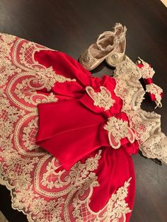 This beautiful red and gold Christmas dress takes glamour to an extreme as it comes with stylish embellishments. Baby Dress Design, Baby Girl Dress Patterns, Little Girl Dresses, Flower Girl Dresses, Kids Dress Wear, Kids Gown, Toddler Christmas Dress, Wedding Dresses For Kids, Baby Gown