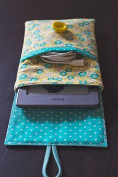 Sewing a lovely Kindle case (pictures) - ipad - Ideas of ipad - Kindle case by Katie Wagner picture 7 Small Sewing Projects, Sewing Hacks, Sewing Tutorials, Sewing Patterns, Doll Patterns, Fabric Crafts, Sewing Crafts, Diy Crafts, Handmade Crafts